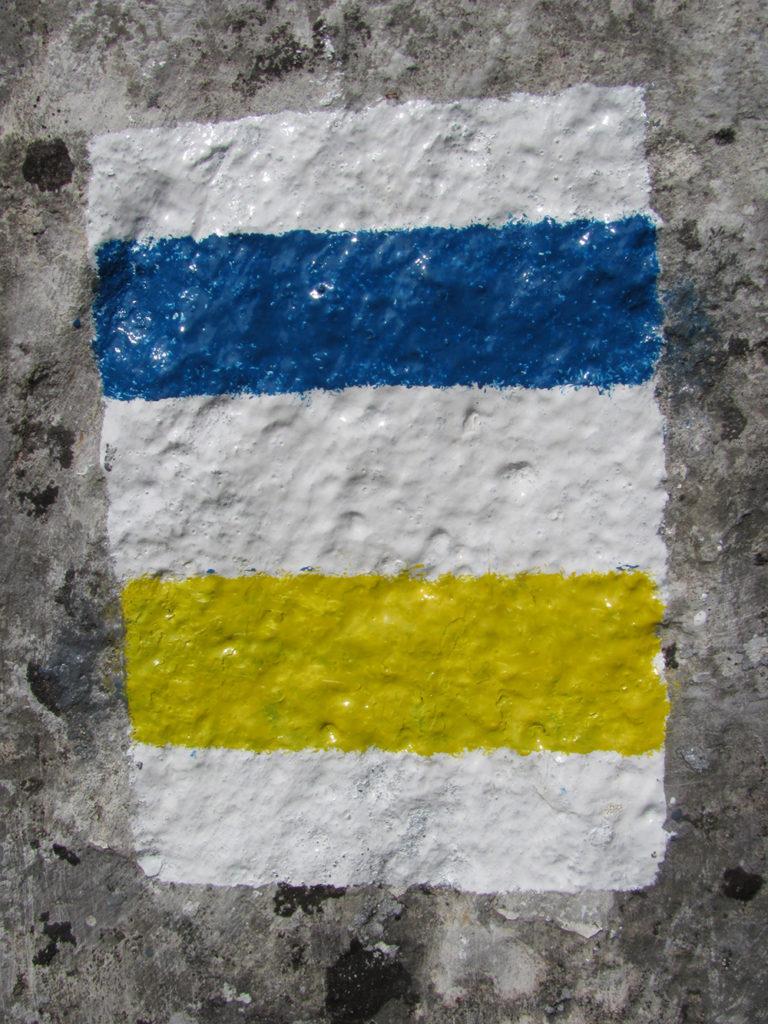 együtt halad a kék és a sárga sáv turistajelzés