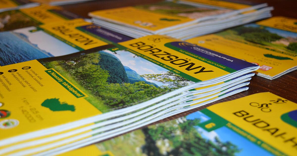 turistatérképek kupacban, cím és méretarány a címlapjukon