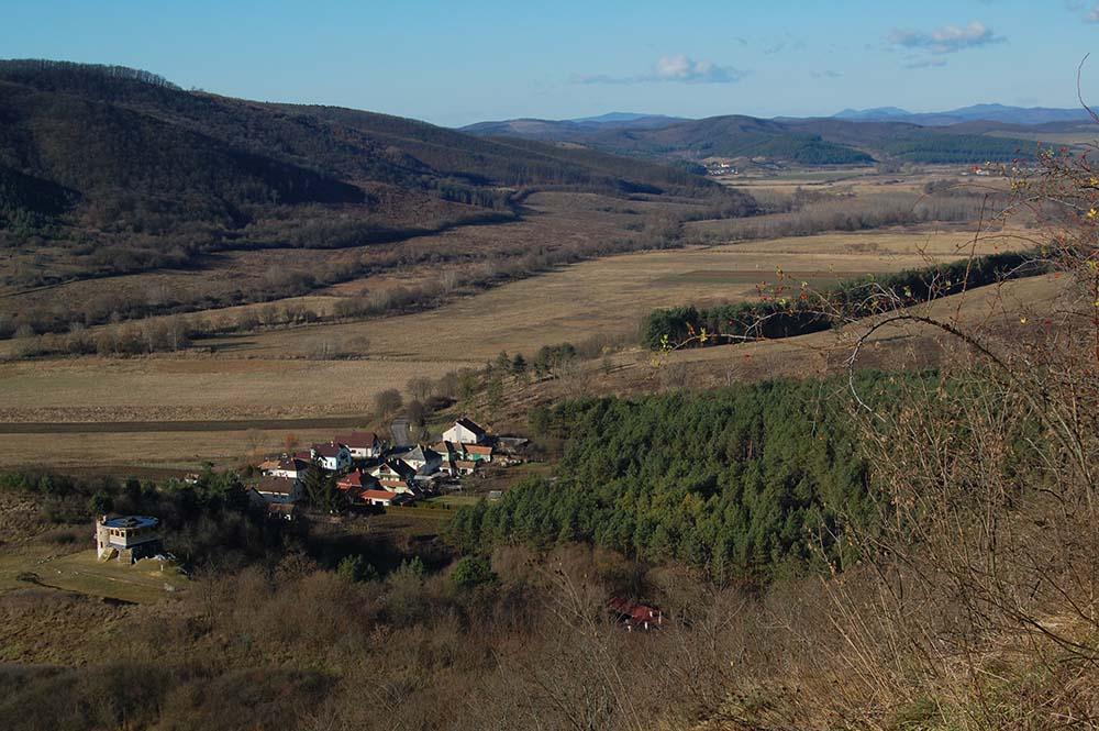 mezőgazdasági terület völgyben