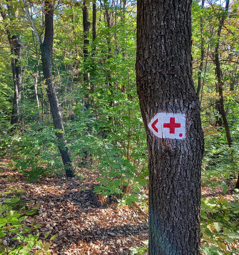 piros kereszt kezdetét mutató jelzés
