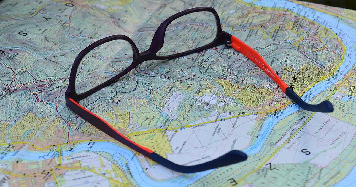 térképen fekvő színes szemüveg