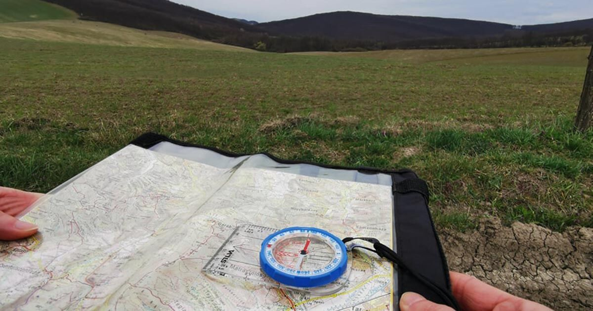 térkép tájolása, távolban hegyekkel