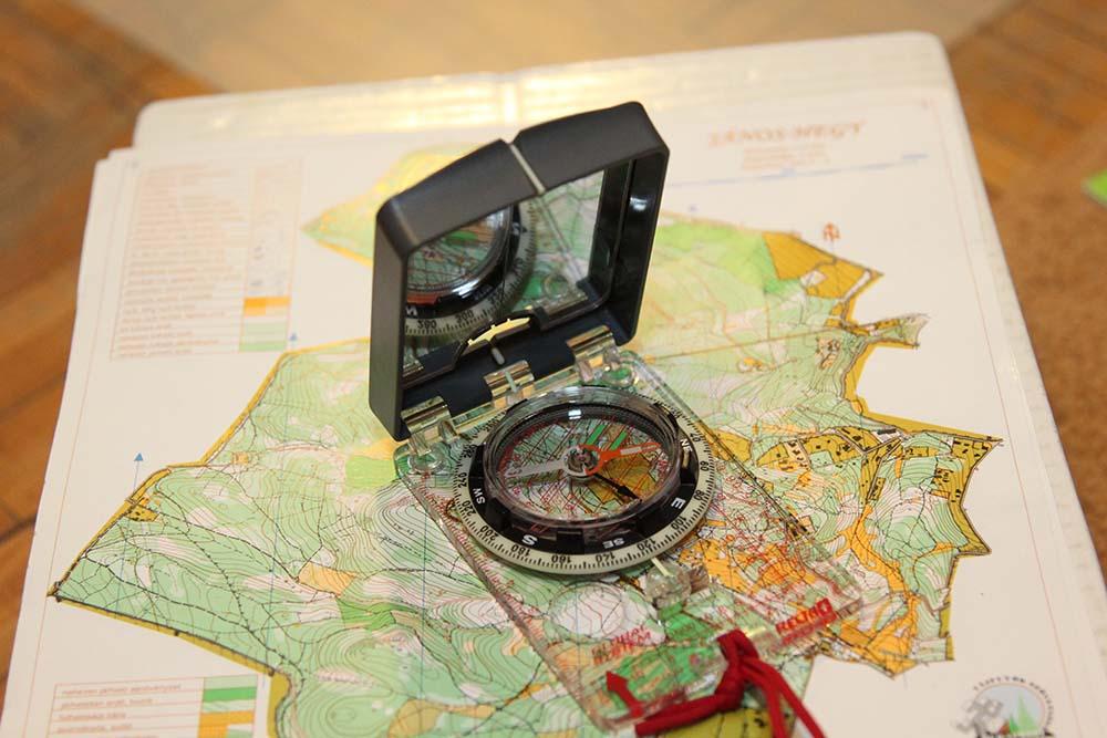 tükrös tájoló térképre rakva